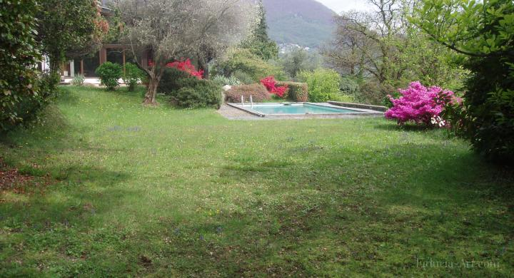 Privileged position of a gorgeous property with panoramic view on Lugano and the lake